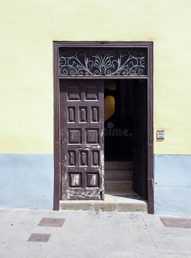 Puerta de madera marrón vieja con los paneles en una casa española tradicional imagenes de archivo