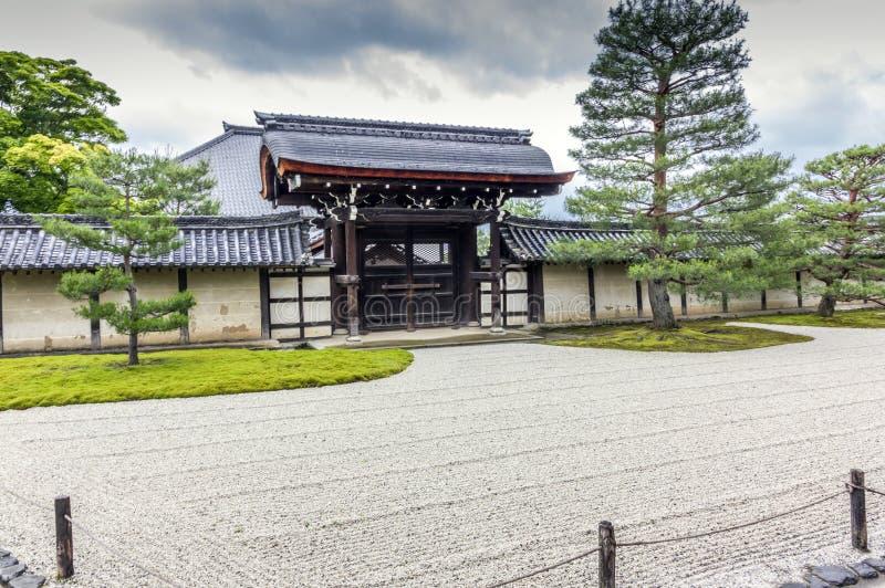 Puerta de madera ornamental, Kyoto, Japón fotografía de archivo libre de regalías
