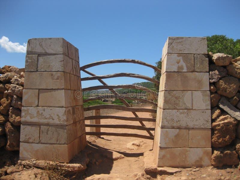 Puerta de madera que da el acceso a una granja de Menorcan fotos de archivo