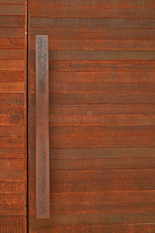 Puerta de madera rústica con la barra de la manija del metal imágenes de archivo libres de regalías