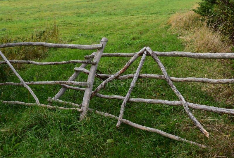 Puerta de madera rústica para poner verde el pasto imagen de archivo libre de regalías