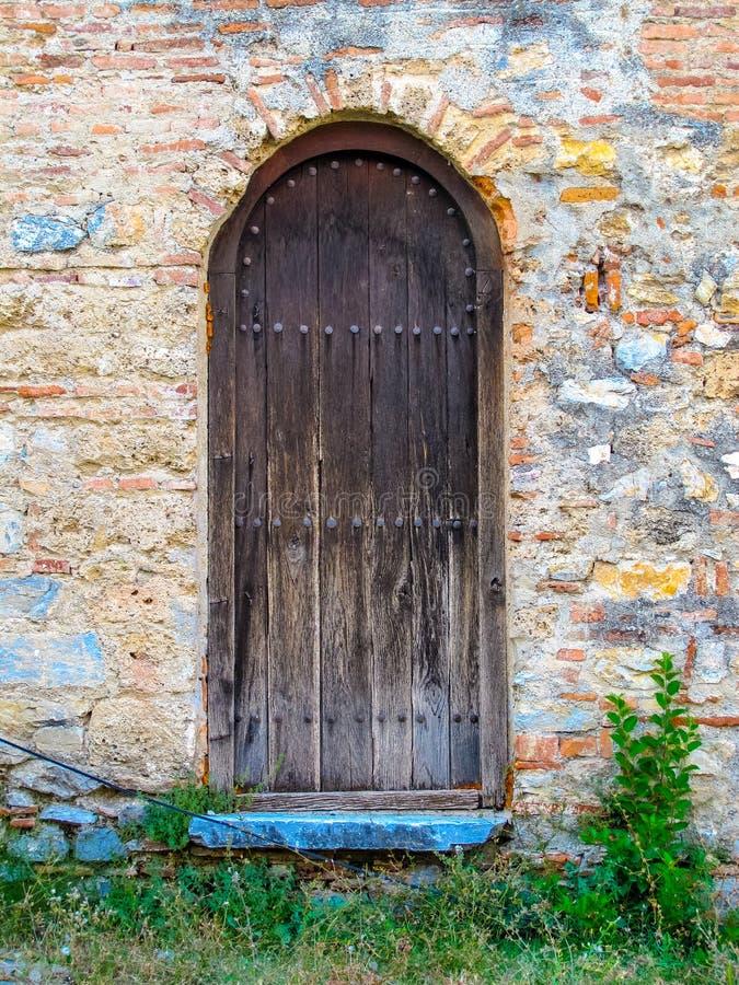 Puerta de madera rústica vieja con paso azul fotografía de archivo