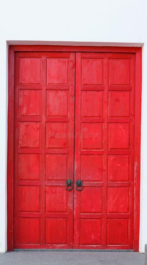 Puerta de madera retra del vintage rojo en el fondo blanco de la pared Diseño interior casero de la arquitectura, el panel de mad imagen de archivo