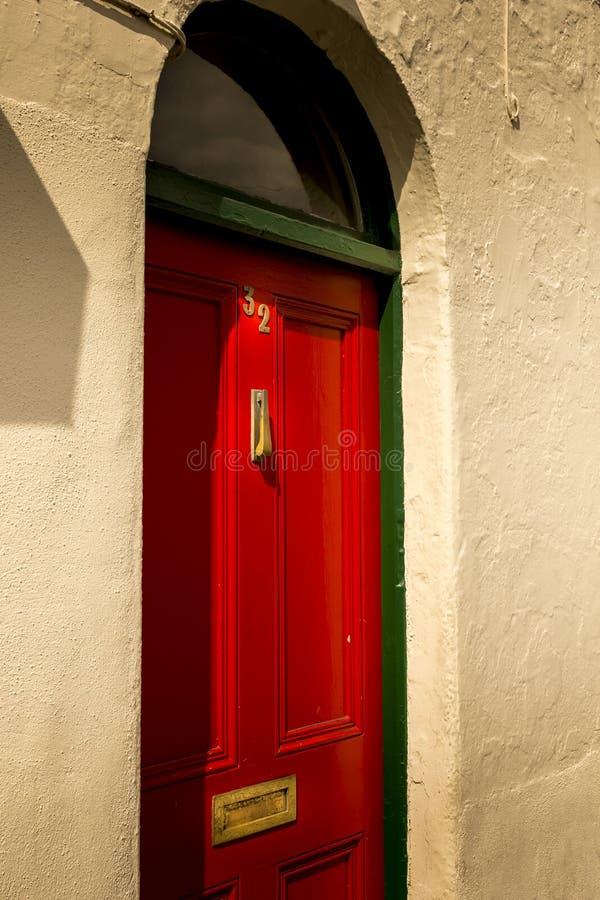 Puerta de madera roja delante de la calle foto de archivo libre de regalías