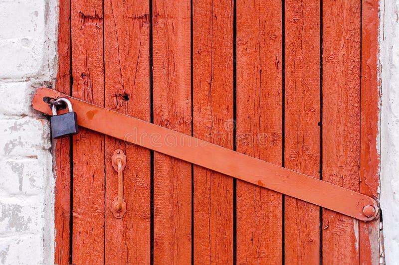 Puerta de madera roja vieja foto de archivo