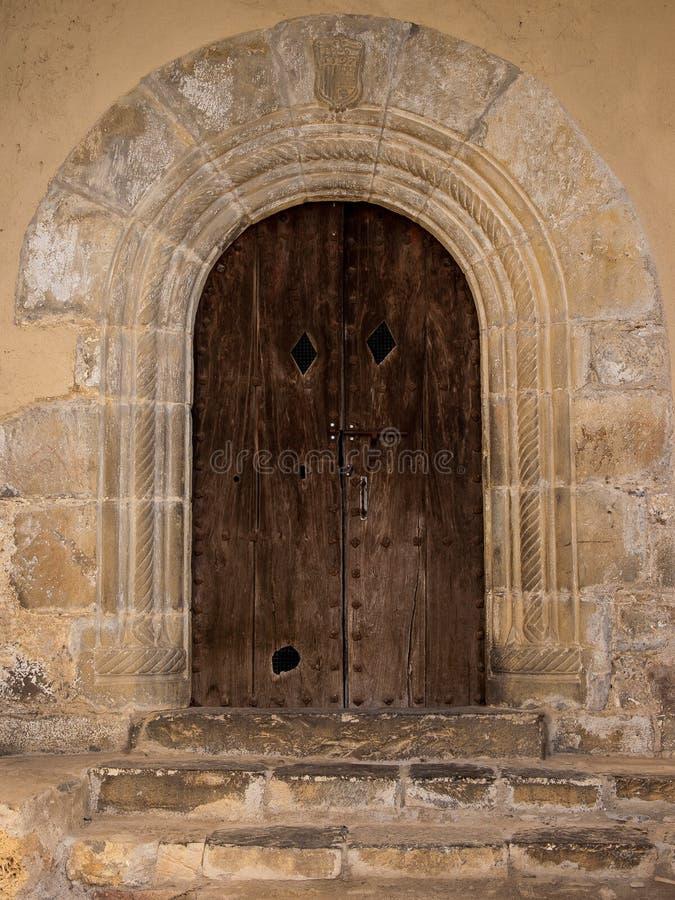 Puerta de madera Románica antigua del arco con la fecha 1597 imagen de archivo