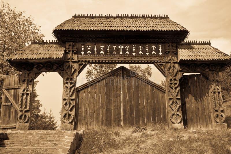Puerta de madera tallada imágenes de archivo libres de regalías
