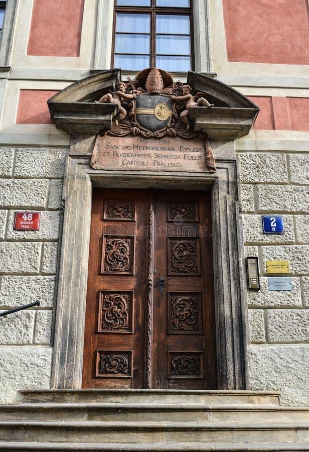 Puerta de madera tallada vieja adornada imagenes de archivo