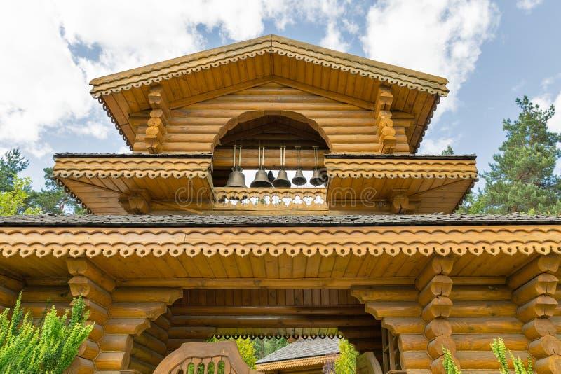 Puerta de madera tradicional ucraniana de la iglesia imagenes de archivo