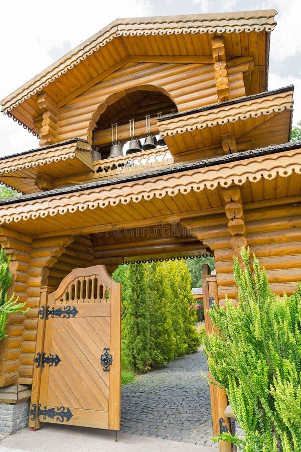 Puerta de madera tradicional ucraniana de la iglesia imagen de archivo
