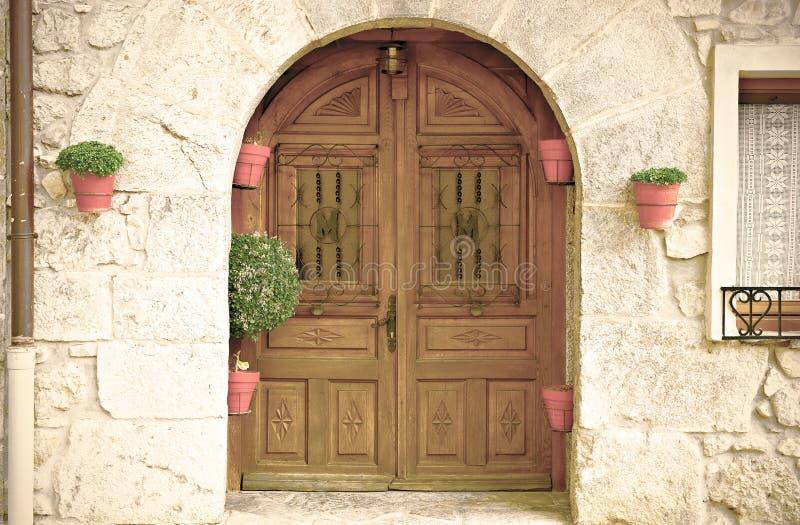 Puerta de madera de una casa española foto de archivo