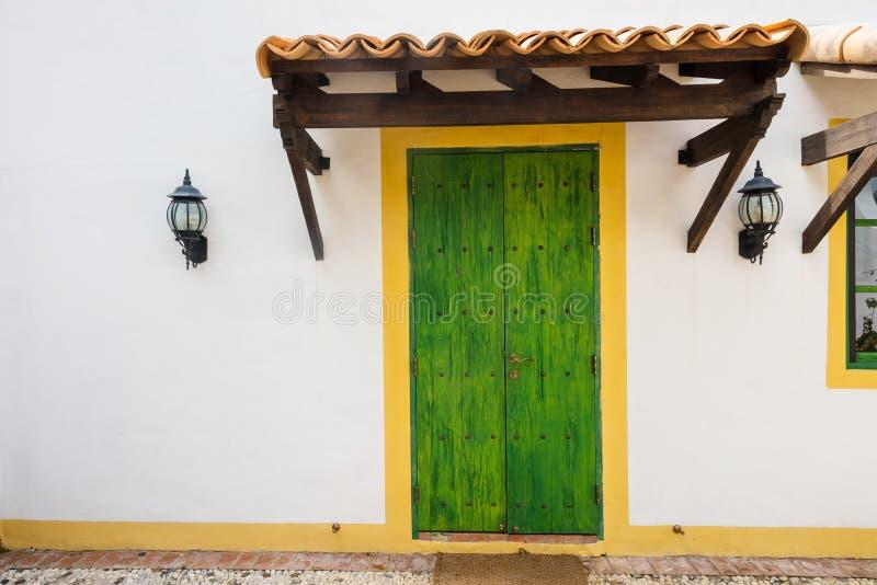 Puerta de madera verde antigua imagen de archivo libre de regalías