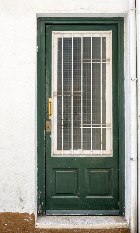 Puerta de madera verde con el vidrio imagen de archivo libre de regalías