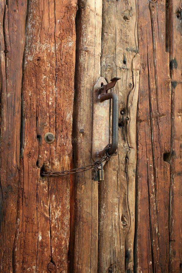 Puerta de madera vieja foto de archivo imagen de bisagras for Puerta vieja madera