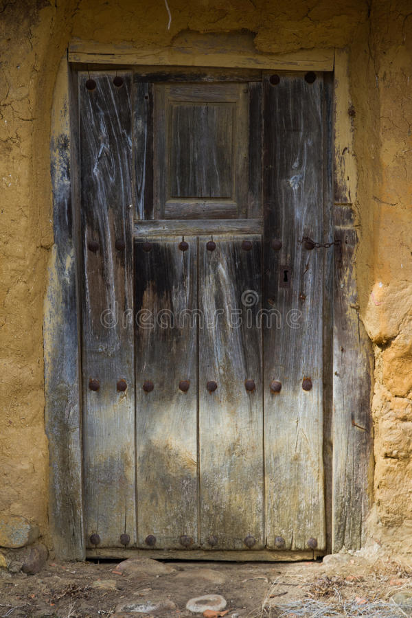 Puerta de madera vieja foto de archivo imagen 45184279 for Puertas viejas de madera