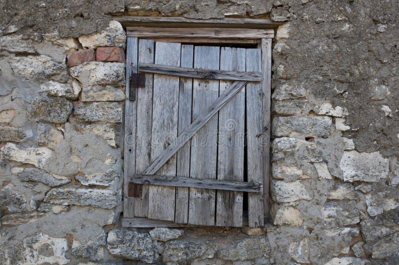 Puerta de madera vieja al ático fotografía de archivo