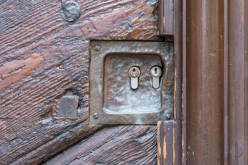 Puerta de madera vieja con dos cerraduras imagen de archivo