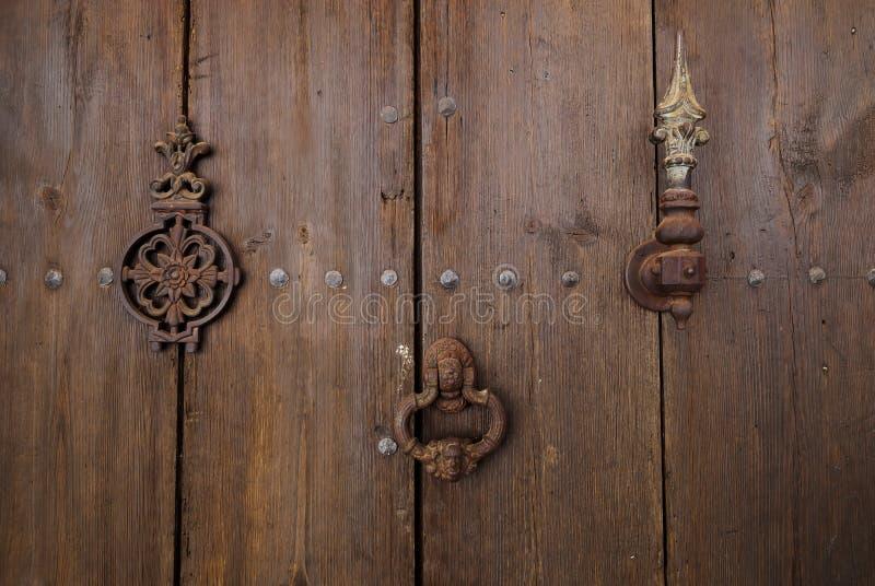 Puerta de madera vieja con el golpeador de puerta imagen de archivo