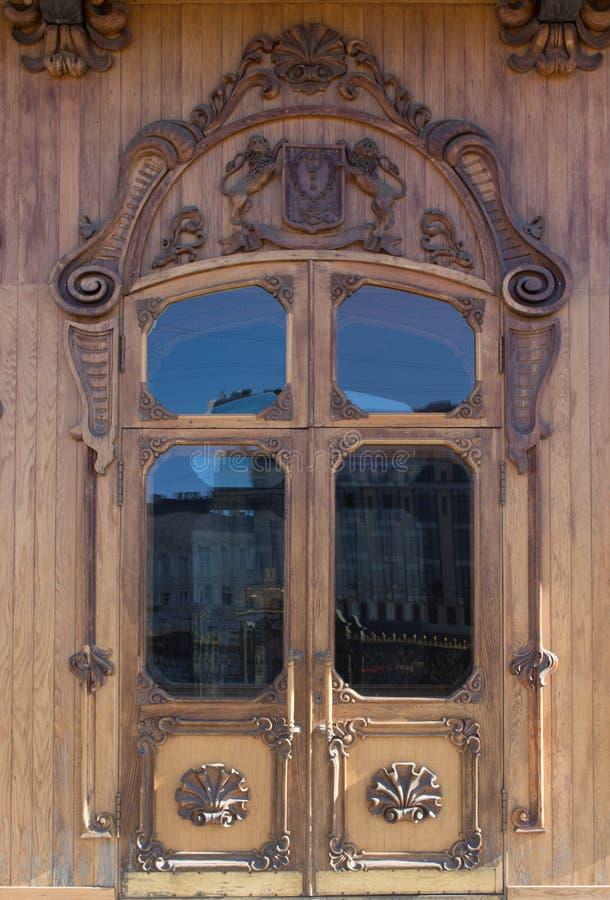 Puerta de madera vieja con el vidrio woodcarving imagen de archivo