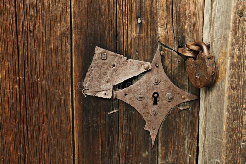 Puerta de madera vieja con la cerradura del hierro fotos de archivo libres de regalías