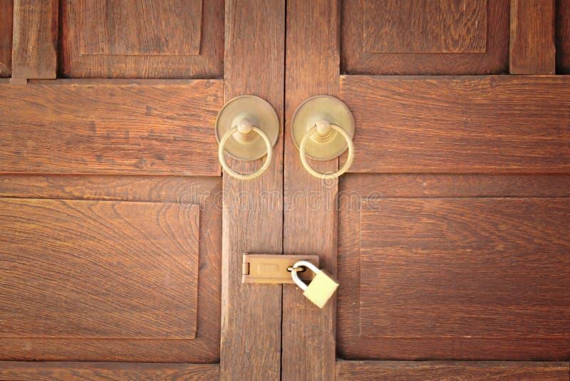 Puerta de madera vieja con la manija de la cerradura y del oro en fondo fotos de archivo libres de regalías