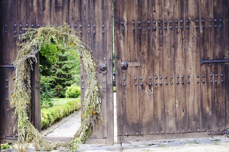 Puerta de madera vieja con las colocaciones del metal fotos de archivo libres de regalías