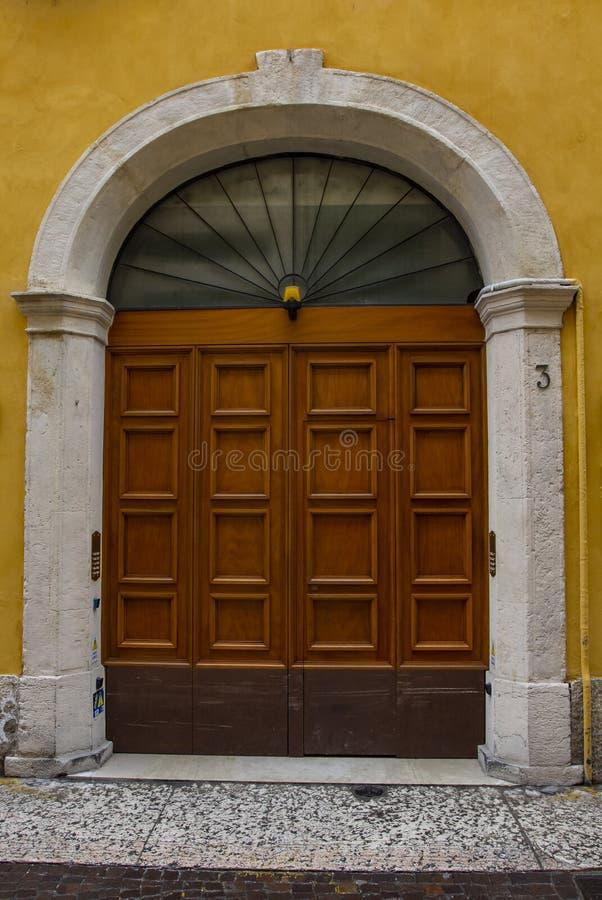 Puerta de madera vieja con los ornamentos imágenes de archivo libres de regalías