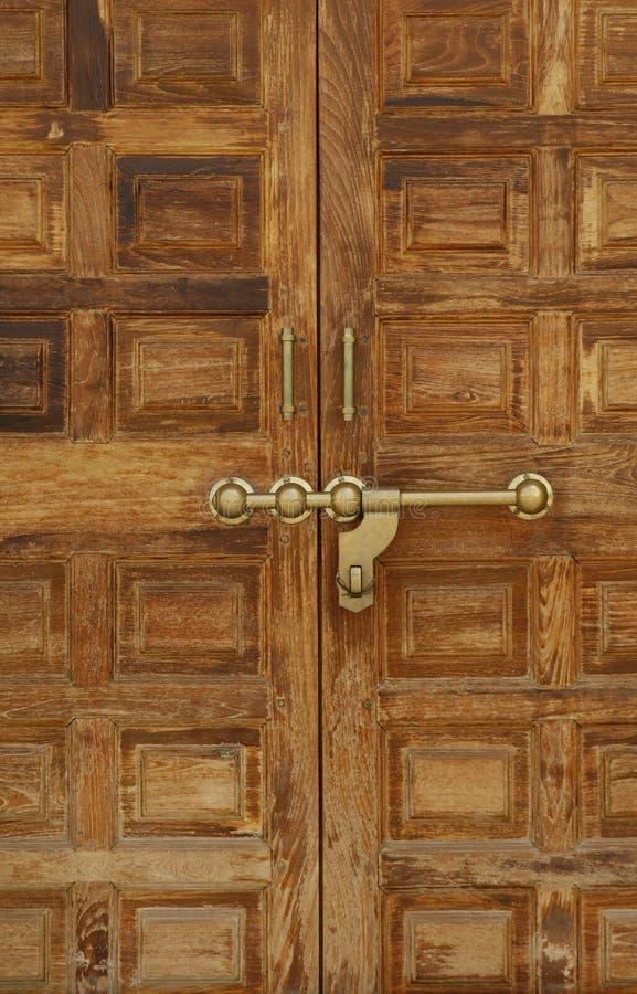 Puerta de madera vieja con un bloqueo de cobre amarillo masivo, la India imágenes de archivo libres de regalías