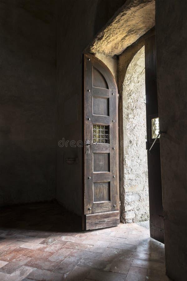 Puerta de madera vieja de la iglesia fotos de archivo