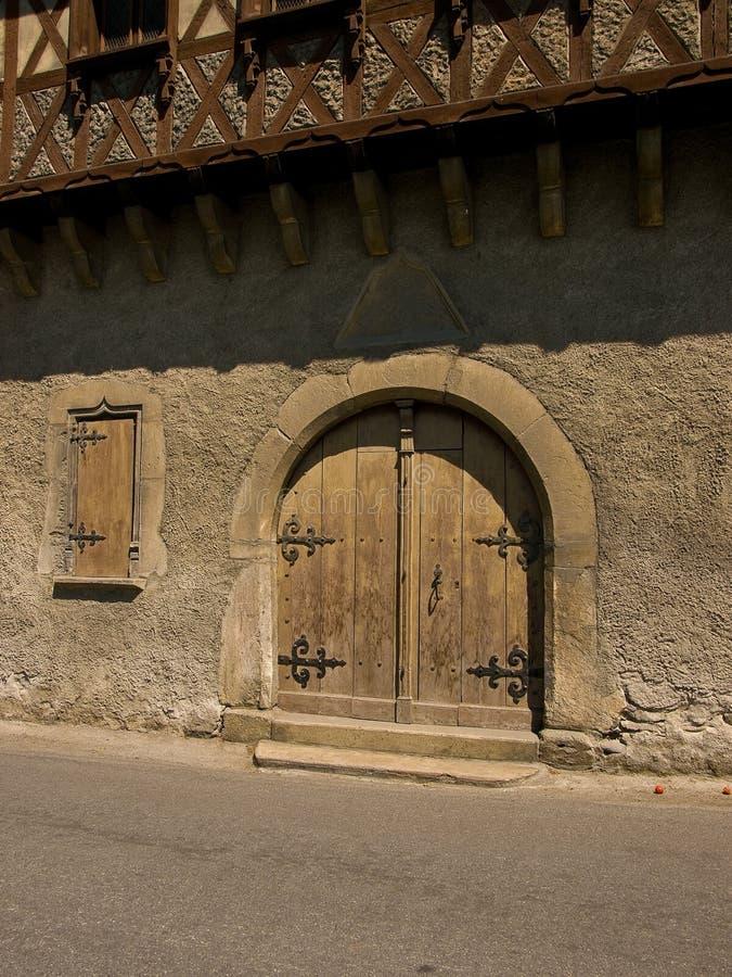 Puerta de madera vieja del arco en Arreau, Francia fotos de archivo libres de regalías