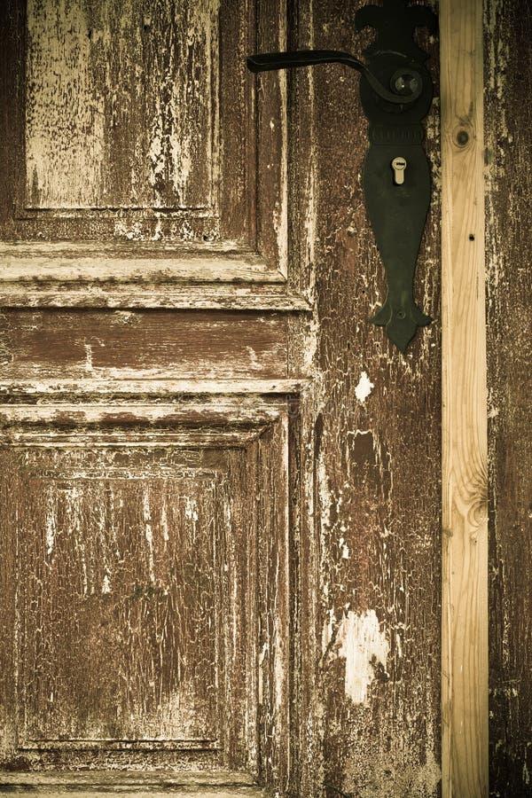 Puerta de madera vieja del primer con la manija del metal fotografía de archivo