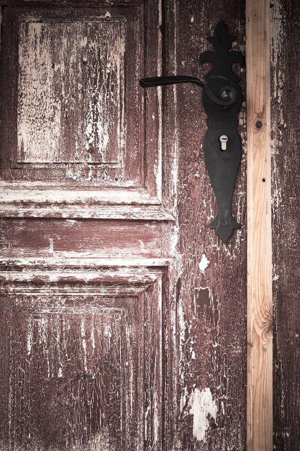 Puerta de madera vieja del primer con la manija del metal imagen de archivo