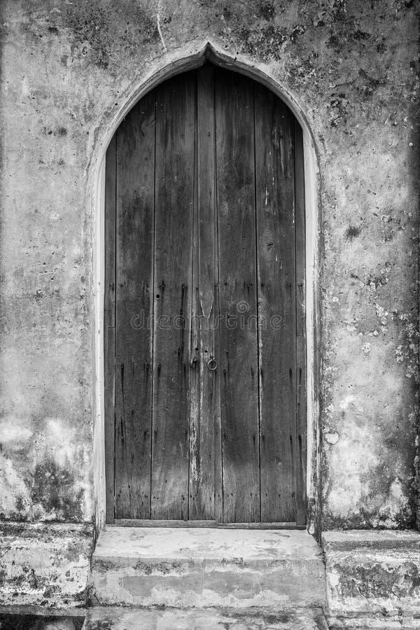 Puerta de madera vieja en edificios hist?ricos fotos de archivo