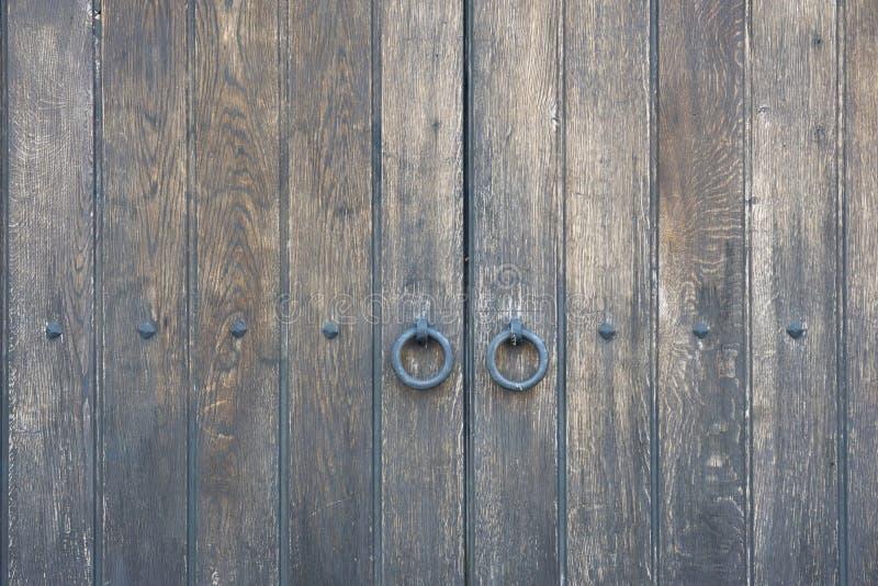 Puerta de madera vieja en la pared de piedra a partir de la era medieval Candado del metal del vintage en una puerta de madera fotografía de archivo libre de regalías