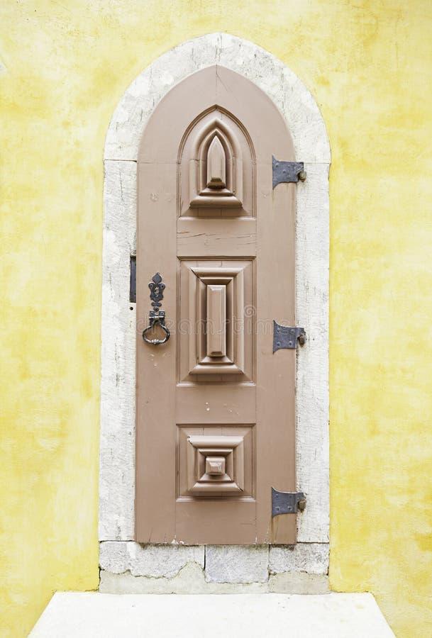 Puerta de madera vieja en Sintra fotos de archivo