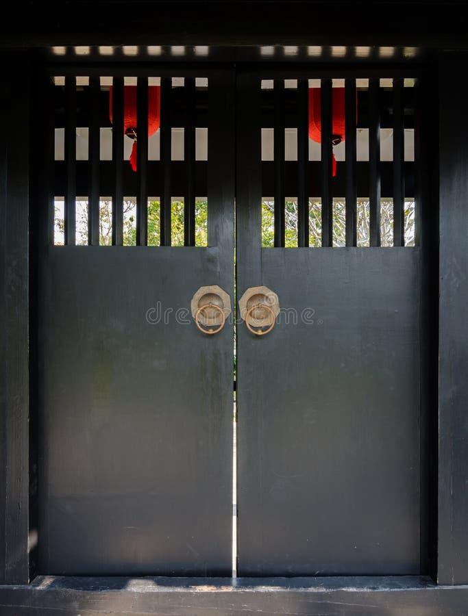 Puerta de madera vieja japonesa imágenes de archivo libres de regalías