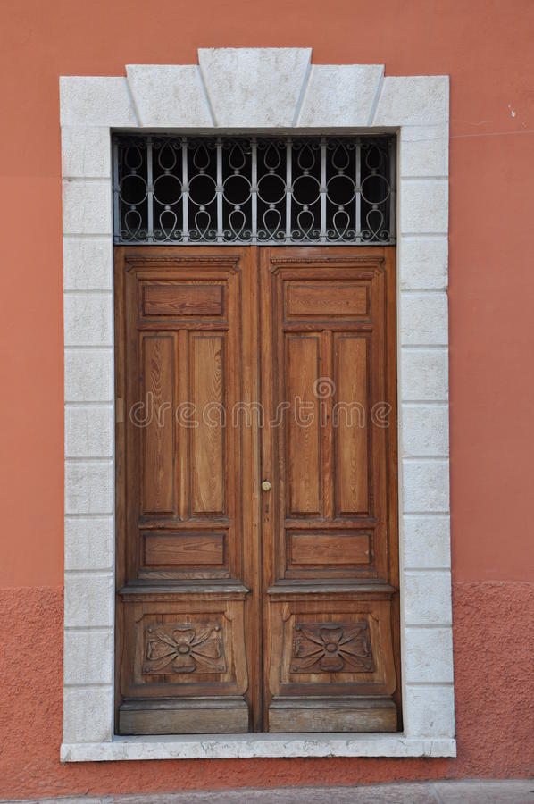 Puerta de madera vieja a la casa urbana fotografía de archivo libre de regalías