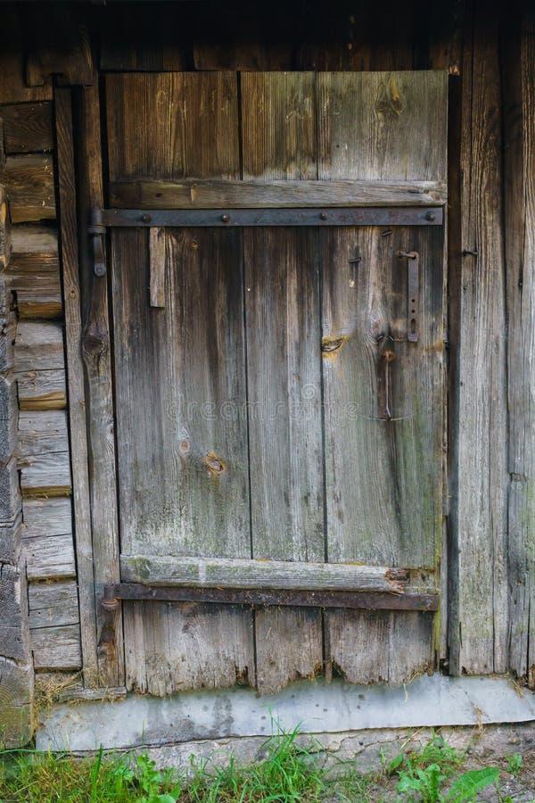 Puerta de madera vieja de los tableros en el baño imagen de archivo libre de regalías