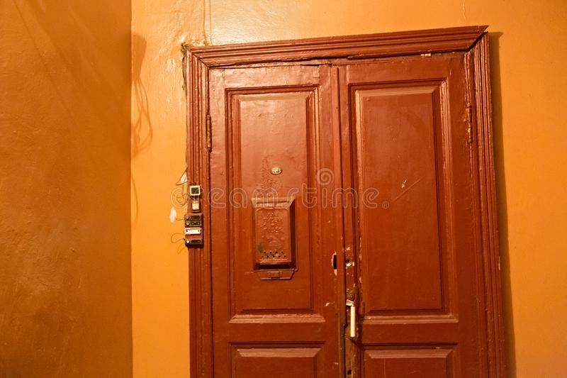 Puerta de madera vieja típica en un edificio residencial construido en la f fotos de archivo