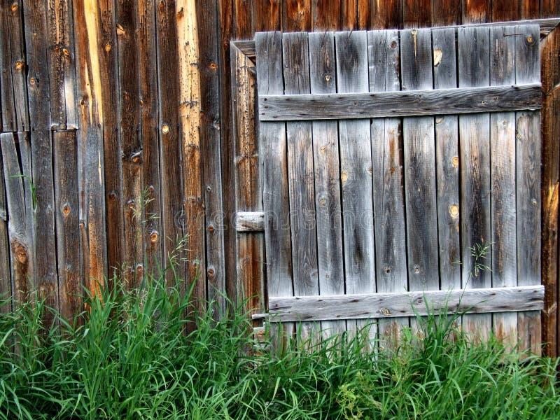 Puerta de madera vieja a una vertiente fotos de archivo libres de regalías