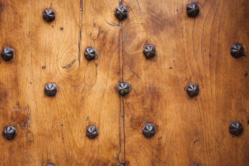Puerta de madera y del metal con los puntos metálicos que parecen llevados y sucios foto de archivo