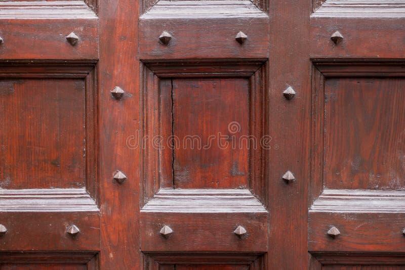 Puerta de madera y del metal con los puntos metálicos que parecen llevados y sucios imagen de archivo libre de regalías
