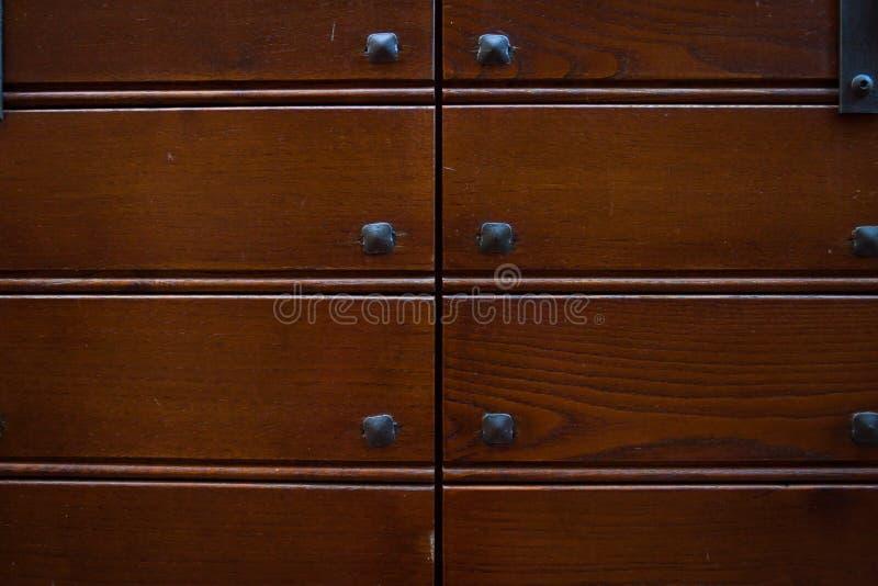 Puerta de madera y del metal con los puntos metálicos que parecen llevados y sucios fotografía de archivo libre de regalías