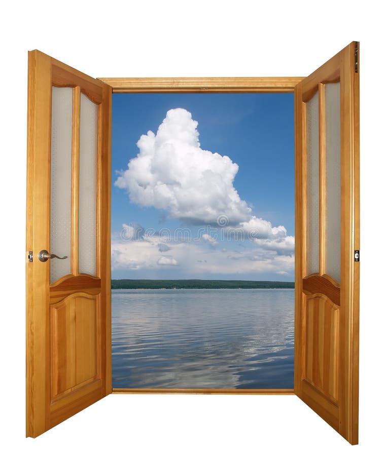 puerta de madera y nubes de la Dos-hoja aisladas fotografía de archivo libre de regalías