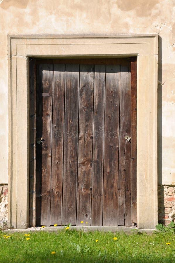 Puerta de madera y pared de piedra foto de archivo