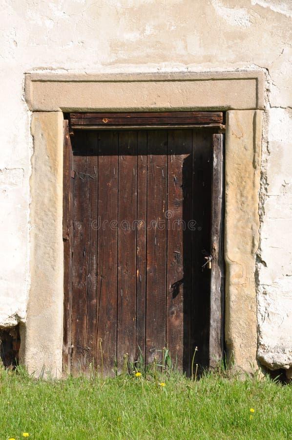 Puerta de madera y pared de piedra fotografía de archivo