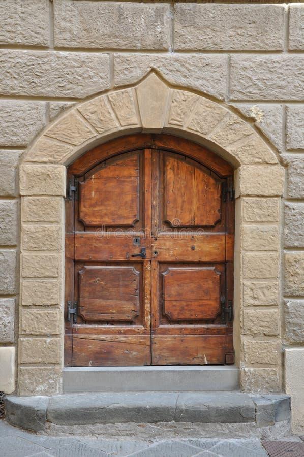 Puerta de madera y una pared de piedra foto de archivo libre de regalías