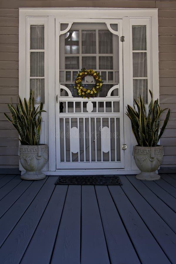 Puerta de malla en el pórche de entrada imágenes de archivo libres de regalías