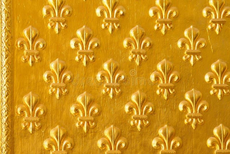 Puerta de Ornated con el modelo de flor de oro decorativo fotos de archivo