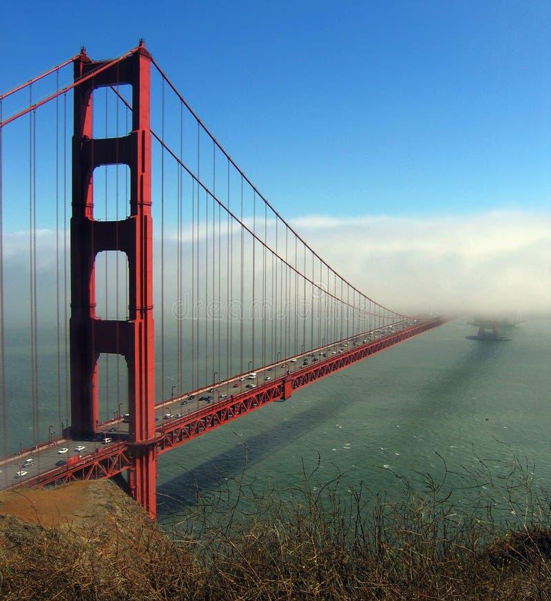 Puerta de oro dentro y fuera de la niebla foto de archivo